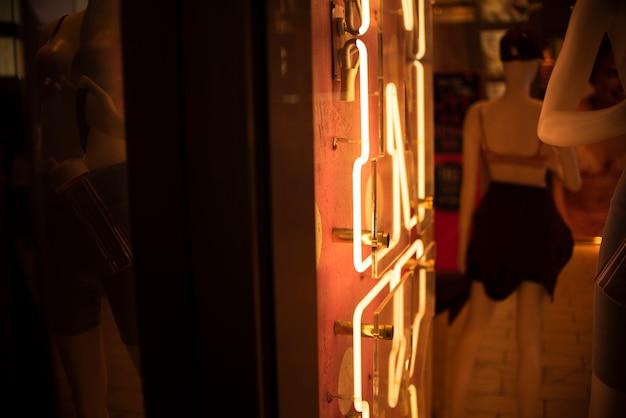 Enseigne, néons, à, mannequin Photo gratuit