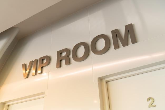 Enseigne de pièce vip vip en face de la salle avec effet de lumière chaude pour les invités spéciaux assistant à la réunion. Photo Premium