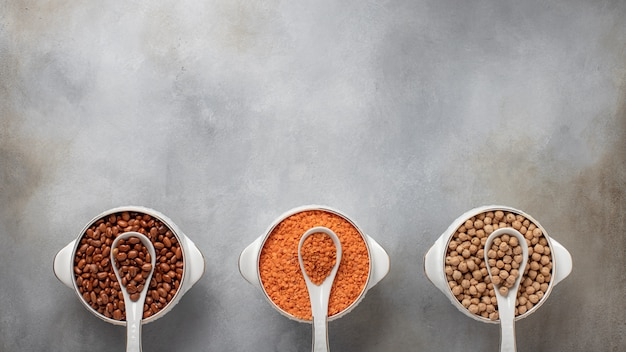 Ensemble De 3 Céréales: Haricots, Lentilles, Bannière D'aliments Sains De Pois Chiches, Place Pour La Surface En Béton Gris Texte, Vue De Dessus Photo Premium