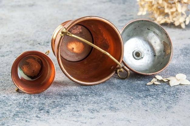 Ensemble De 3 Miniatures En Cuivre Sur Fond De Béton Photo Premium