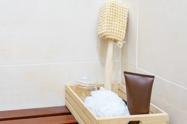 Ensemble d\'accessoires de salle de bains sur le panier en bois ...