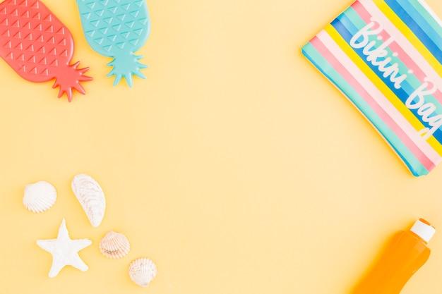Ensemble d'accessoires de vacances de plage d'été sur fond jaune Photo gratuit