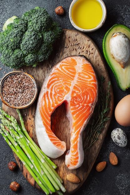 Un ensemble d'aliments sains pour le régime céto. Photo Premium