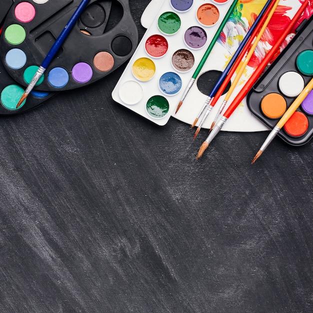 Ensemble d'aquarelles et pinceaux Photo gratuit