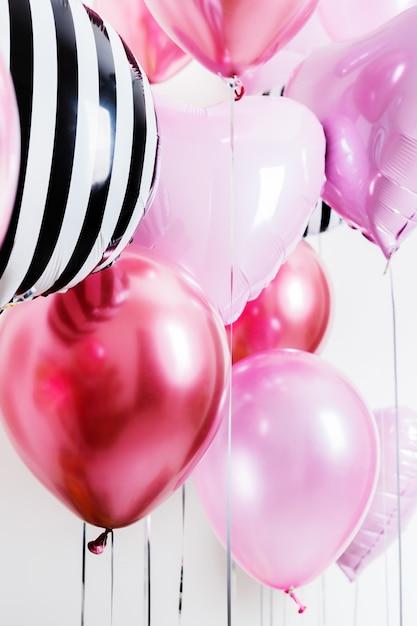 Ensemble De Ballons En Forme De Coeur Et Rose Rond Et Rayé Sur Fond Clair Avec Espace Copie. Photo Premium