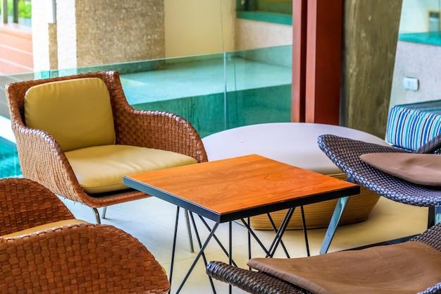 Ensemble de belles chaises avec table basse sous une lumière chaude Photo Premium