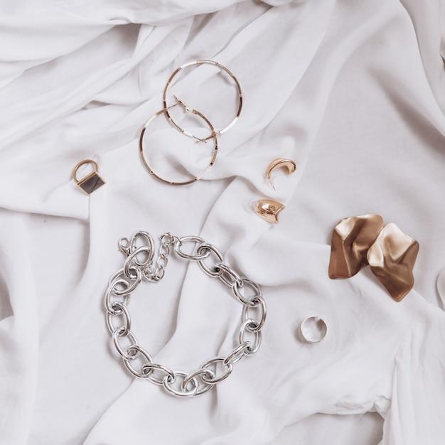 Ensemble De Bijoux élégants à La Mode Sur Un Tissu Blanc Photo Premium