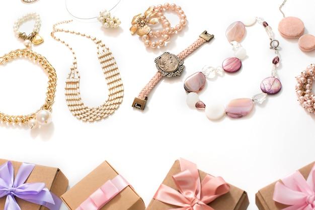 Ensemble de bijoux pour femmes dans le style vintage, collier, boucles d'oreilles avec chaîne de perles de camée sur fond blanc. Photo Premium