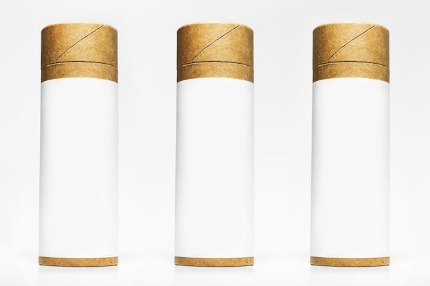 Ensemble De Boîtes En Carton De Cylindre Avec Autocollant Vide Pour Maquette Isolé Sur Une Surface De Studio Blanc Photo Premium