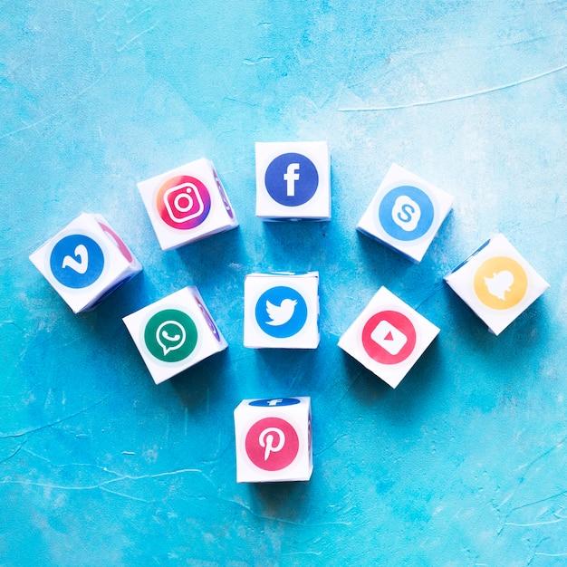 Ensemble de boîtes d'icônes de médias sociaux contre le mur peint Photo gratuit