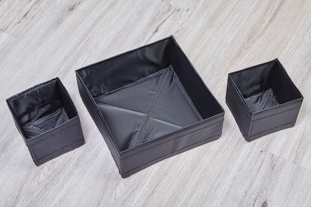 Ensemble De Boîtes De Rangement Pliables Noires En Tissu. Photo Premium