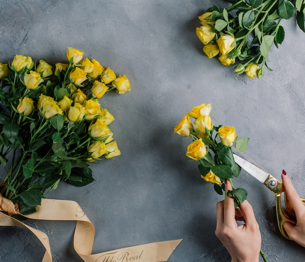 Ensemble de bouquets de roses jaunes sur la table Photo gratuit