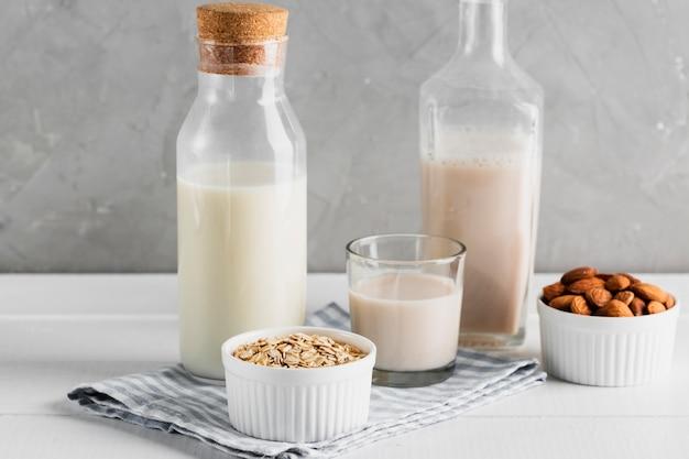 Ensemble de bouteilles de lait et de verres à l'avoine et aux amandes Photo gratuit