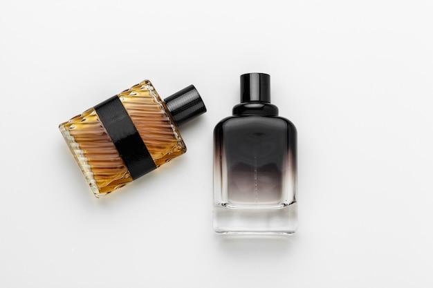 Ensemble de bouteilles de parfum de luxe. isolé Photo Premium