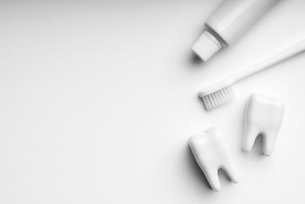 Ensemble De Brosse à Dents Et De Soins Dentaires De Couleur Blanche Et Monotone Pour Un Concept Propre Photo Premium