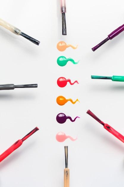 Ensemble de brosses et de gouttes de vernis à ongles multicolores Photo Premium