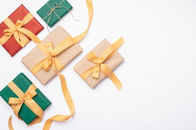 Ensemble de cadeaux de noël sur fond blanc Photo gratuit