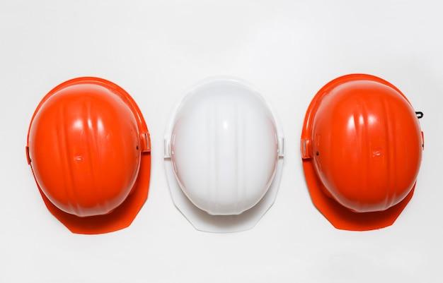 Ensemble de casques. deux orange et un blanc. Photo Premium