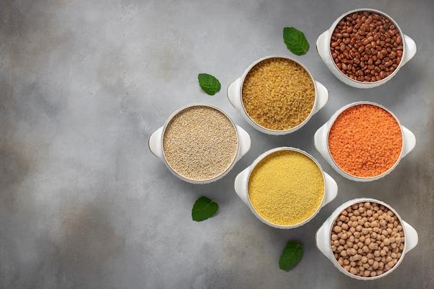 Ensemble De Céréales: Boulgour, Couscous, Haricots, Quinoa, Lentilles, Copie De Pois Chiches, Vue De Dessus Photo Premium
