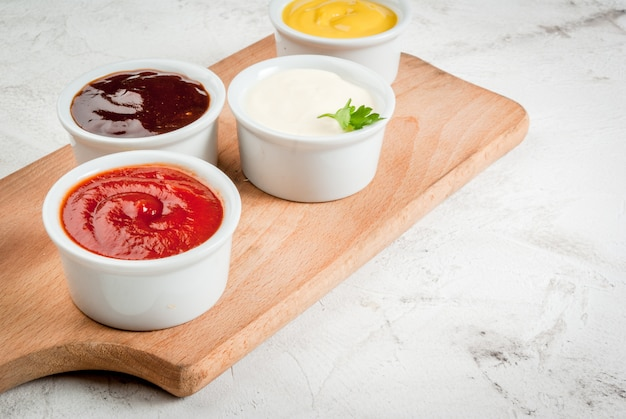 Ensemble Classique De Sauces En Soucoupes Blanches Photo Premium