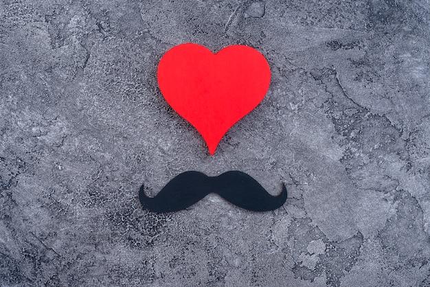 Ensemble de coeur rouge et moustache noire Photo gratuit