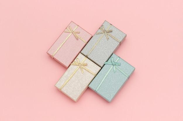 Ensemble de coffrets cadeaux de couleurs pastel sur fond rose, vue de dessus Photo Premium