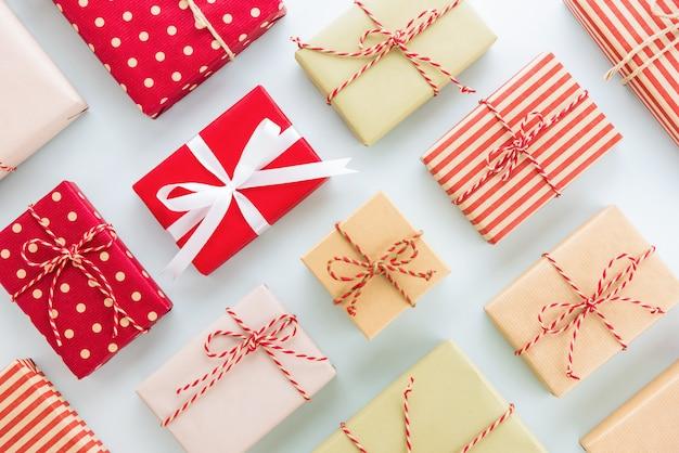 Ensemble de coffrets-cadeaux de vacances de noël et du nouvel an sur fond bleu clair, design plat laïque Photo Premium