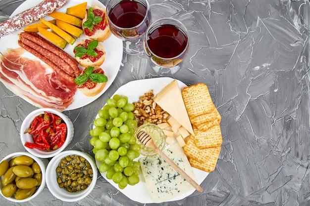 Ensemble de collations au vin d'antipasti italien. nourriture italienne. Photo Premium