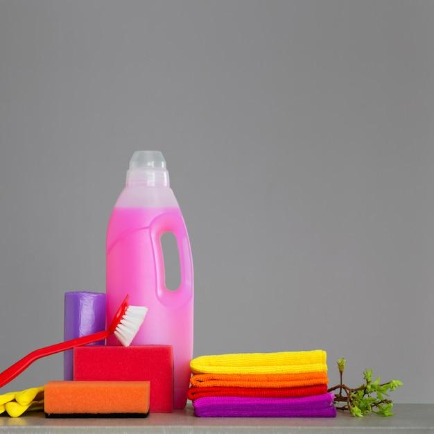 Ensemble coloré d'outils pour nettoyer la maison et les brindilles Photo Premium