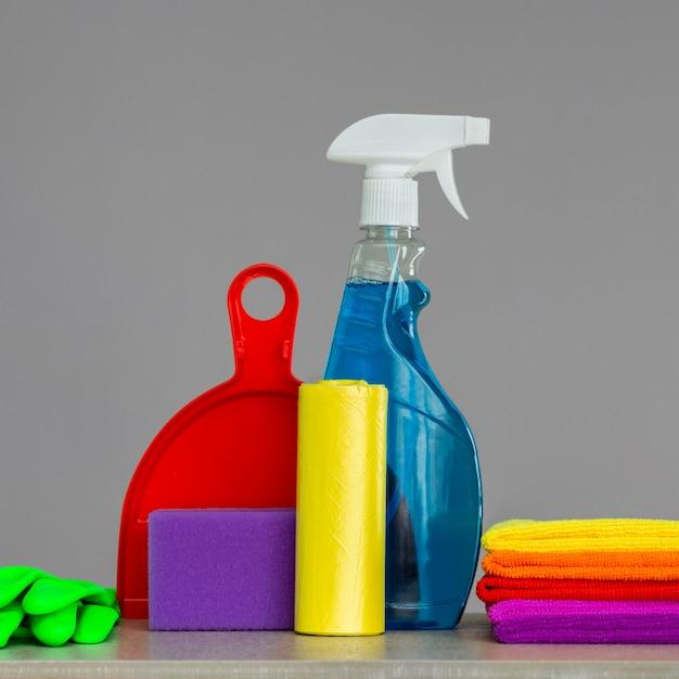 Ensemble coloré d'outils pour nettoyer la maison. le concept de nettoyage de printemps Photo Premium