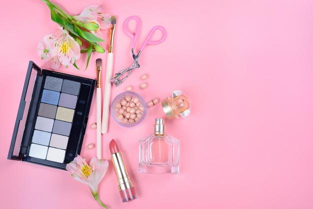 Ensemble De Cosmétiques Décoratifs Avec Des Pinceaux De Maquillage Sur Fond Rose Photo Premium