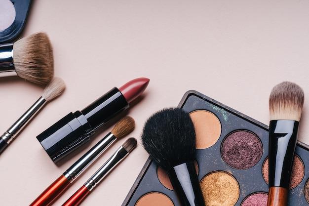 Ensemble De Cosmétiques Professionnels Pour Le Maquillage Et Les Soins De La Peau Et La Beauté Féminine Photo Premium