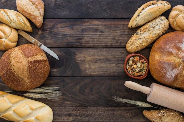 Ensemble cosy avec boulangerie et fruits secs Photo gratuit
