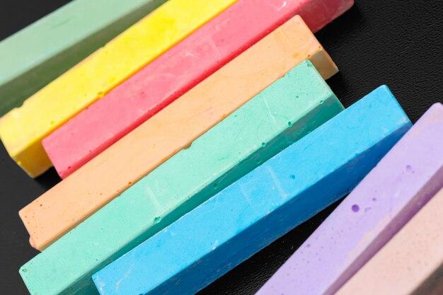 Ensemble de craies de couleur sur un noir Photo Premium