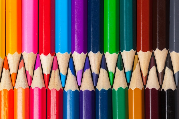Ensemble de crayons de couleur pastel en rangée multicolore en forme de fermeture à glissière fermée Photo Premium