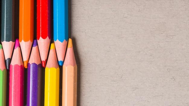 Ensemble de crayons de couleur vives Photo gratuit