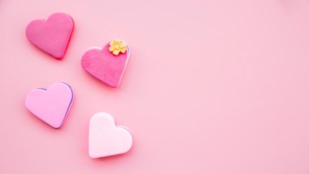 Ensemble de délicieux biscuits frais en forme de cœur Photo gratuit