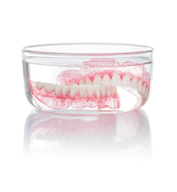Ensemble de dentiers dans l'eau Photo Premium