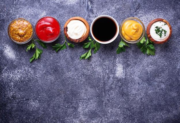 Ensemble De Différentes Sauces Et épices Photo Premium
