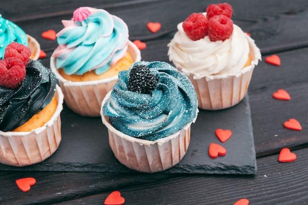 Ensemble de différents petits gâteaux délicieux sur l'obscurité Photo Premium