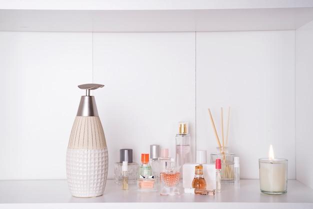 Ensemble de divers parfums de femme isolé o fond blanc. ensemble spa aromathérapie Photo Premium