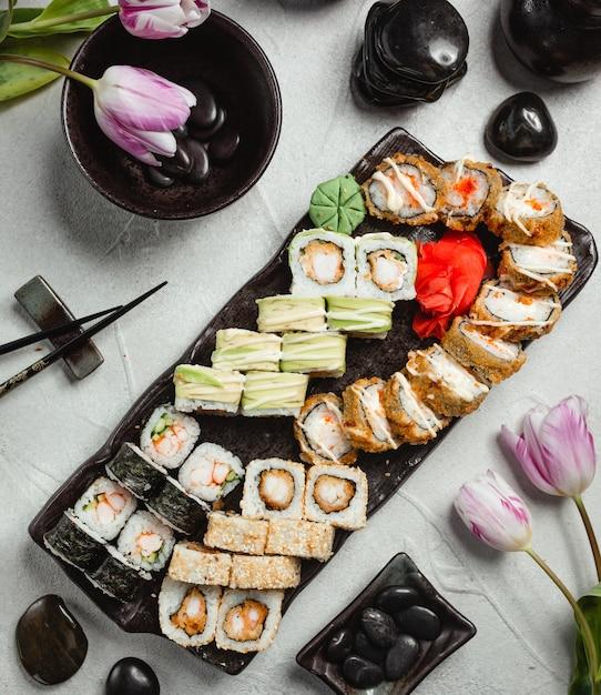 Ensemble de divers sushi vue de dessus Photo gratuit