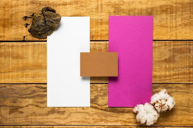 Ensemble d'enveloppes de mariage sur fond en bois Photo gratuit