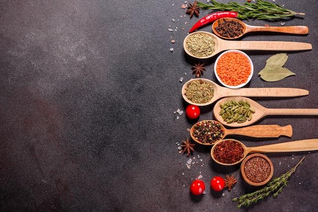 Un Ensemble D'épices Et D'herbes. Cuisine Indienne. Poivre, Sel, Paprika, Basilic Et Autres. Vue De Dessus. Photo Premium