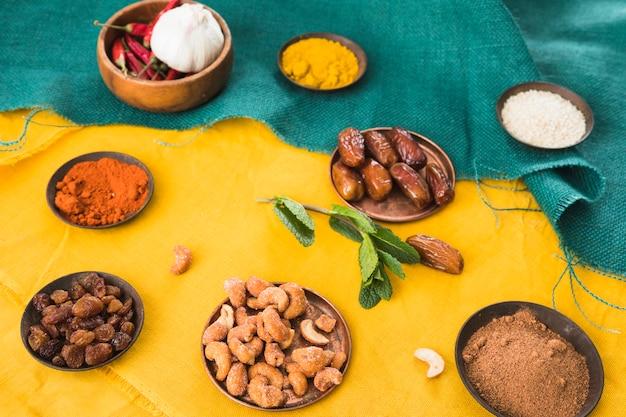 Ensemble d'épices près des fruits secs et des noix Photo gratuit