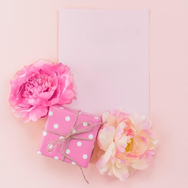 Ensemble festif de cartes postales, pivoines et coffret cadeau Photo gratuit