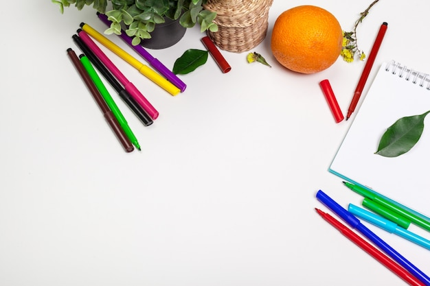 Ensemble de feutres marqueurs de différentes couleurs et fond de carnet de croquis vierge Photo Premium