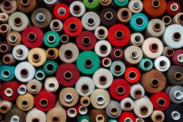 Ensemble De Fils De Couleur Différente Couture Couture Différente Palette Multicolore Rouge Chaud Vert Vif Marron Beige Photo Premium