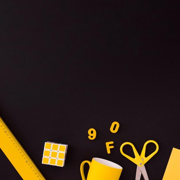 Ensemble de fournitures scolaires sur fond noir Photo gratuit