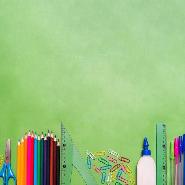 Ensemble de fournitures scolaires Photo gratuit